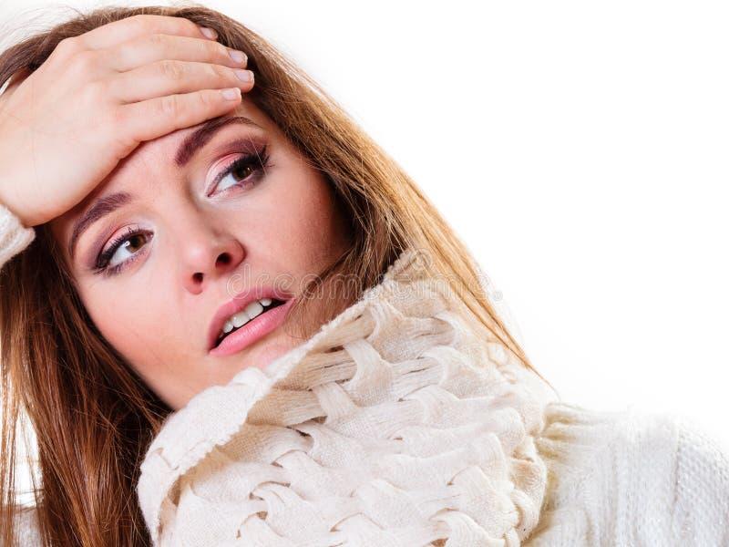 Zieke vrouw met koorts en hoofdpijn Bloem in de sneeuw stock foto