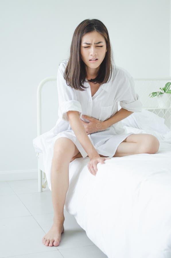Zieke vrouw met pijn stock afbeeldingen