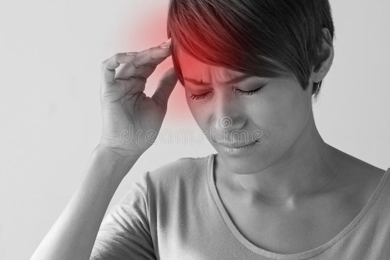 Zieke vrouw met pijn, hoofdpijn, migraine, spanning, kater stock foto