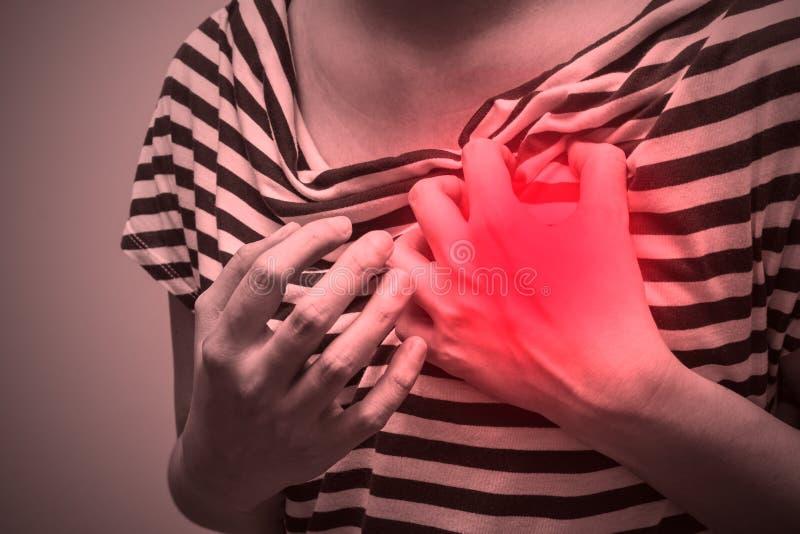 Zieke vrouw met streng hartzeer, die aan borstpijn lijden stock afbeeldingen