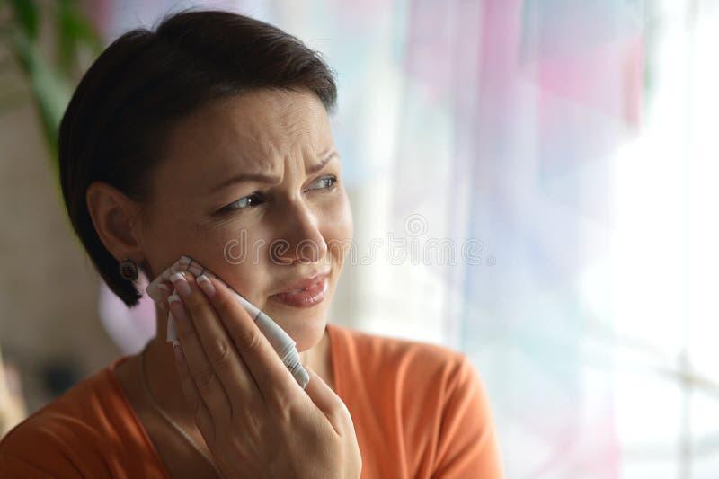 Zieke vrouw met tandpijn stock fotografie