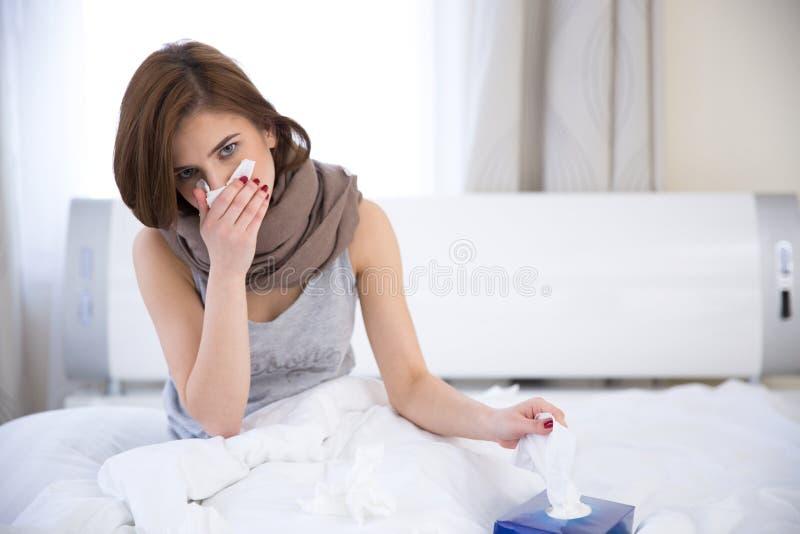 Zieke vrouw op het bed thuis stock foto's