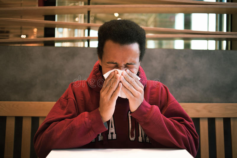 Zieke zwarte mens in koffie stock afbeeldingen