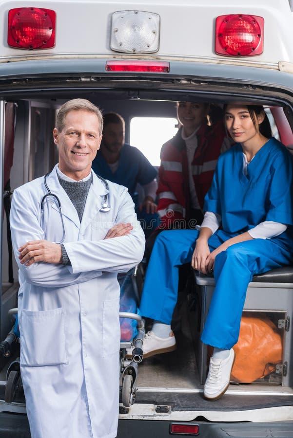 ziekenwagen artsen die team het kijken werken stock foto's