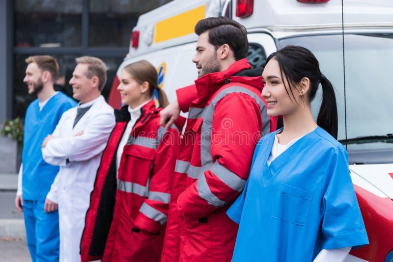 ziekenwagen artsen die team werken die en zich vooraan bevinden stellen royalty-vrije stock foto
