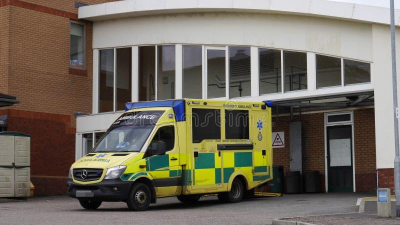 Ziekenwagen bij een het Ziekenhuisingang in Engeland royalty-vrije stock foto's