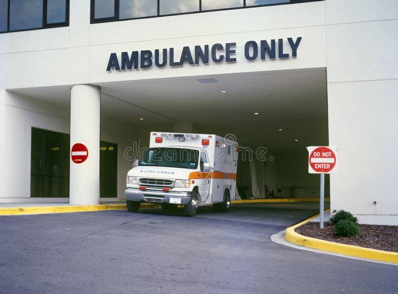 Ziekenwagen bij ER stock foto's