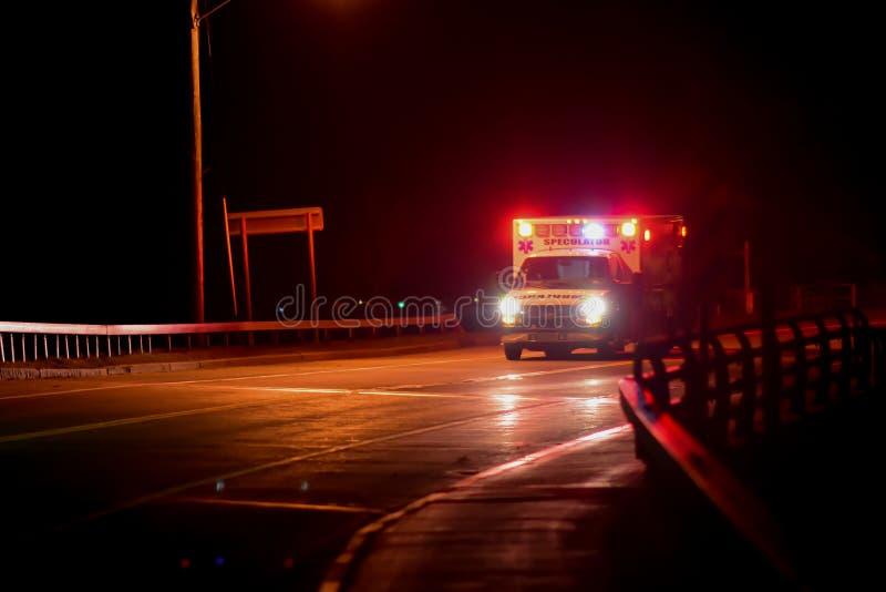 Ziekenwagen bij nacht stock fotografie