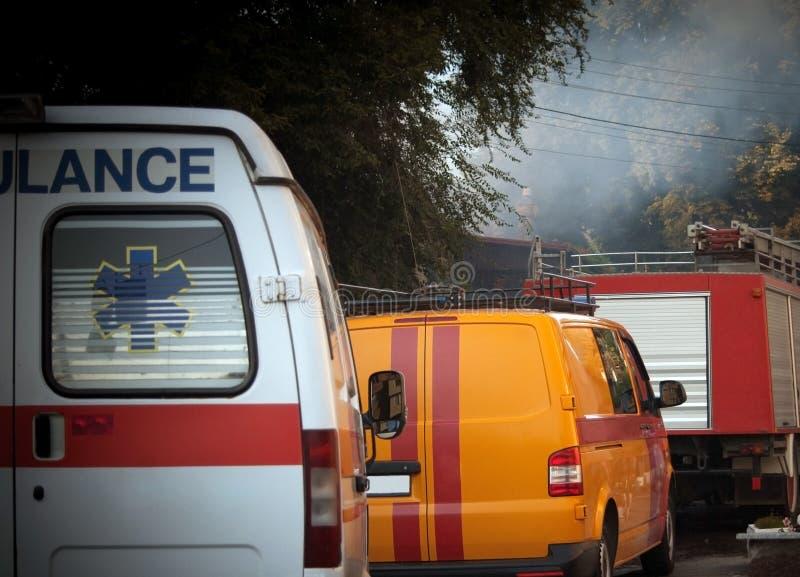 Ziekenwagen, brandvrachtwagen en andere noodsituatieauto's in rij - achtermening royalty-vrije stock afbeeldingen