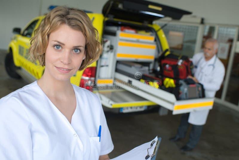 Ziekenwagen de dienst en artsen stock afbeeldingen