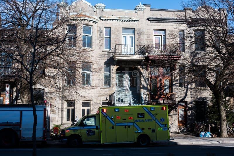 Ziekenwagen in de straat stock foto's
