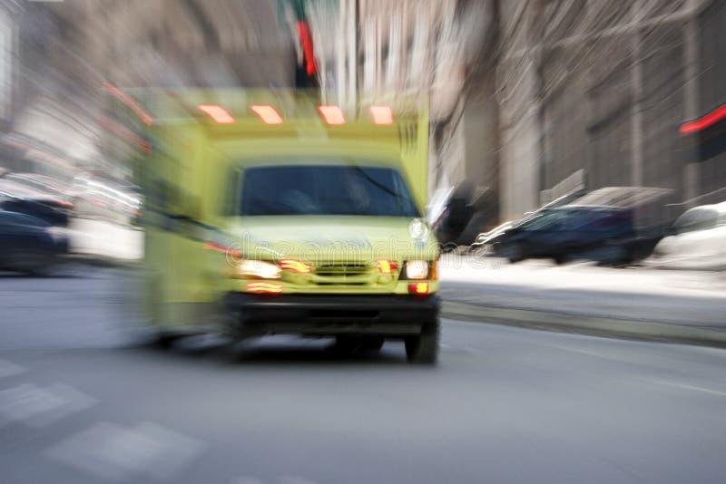 Ziekenwagen die onderaan de straat gaat royalty-vrije stock afbeeldingen
