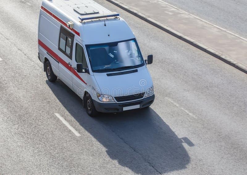 ziekenwagen die zich op de weg bewegen royalty-vrije stock foto's