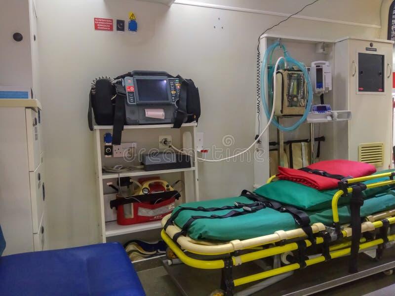 Ziekenwagen het zijdeur openen en binnenlandse details stock foto's
