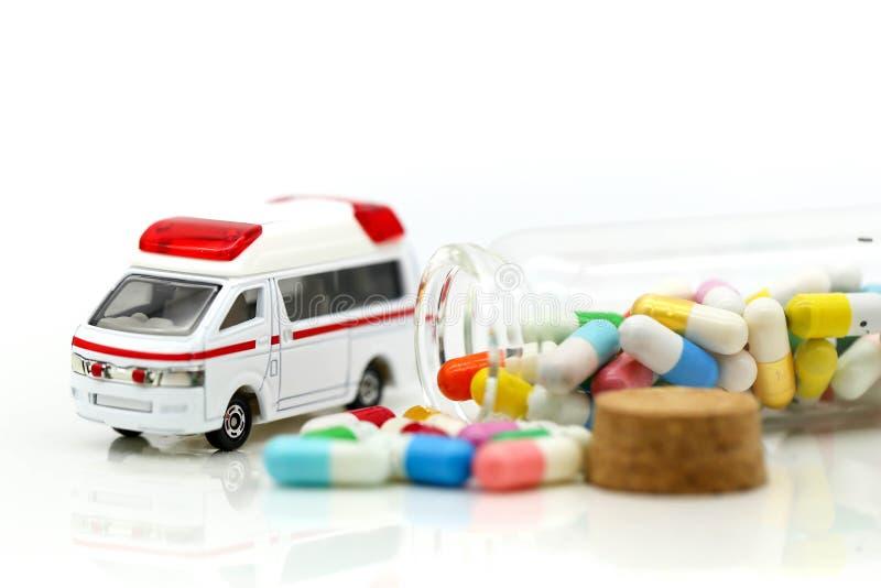 Ziekenwagen met capsuledrug, de gezondheidszorg van de Geneeskundeziekenwagen concep stock fotografie