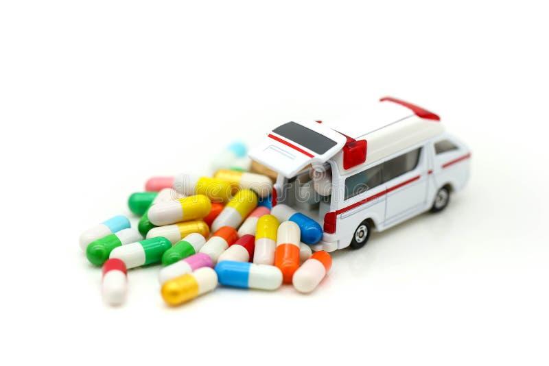 Ziekenwagen met capsuledrug, de gezondheidszorg van de Geneeskundeziekenwagen concep stock afbeeldingen