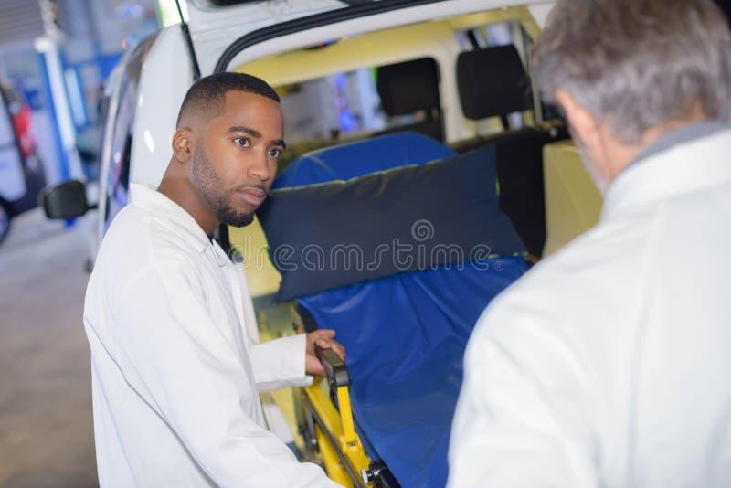 Ziekenwagen met klaar arts stock afbeelding