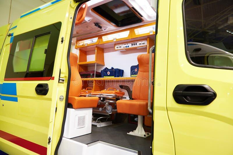 Ziekenwagen met medische apparatuur stock foto's