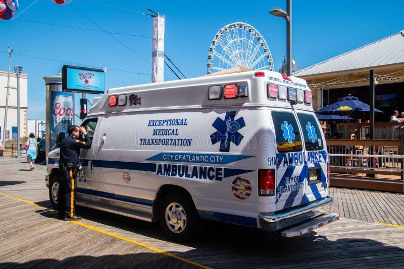 Ziekenwagen op de promenade in Atlantic City, New Jersey die aan een incident aan het begin van het strandbal van het de zomerfes stock fotografie