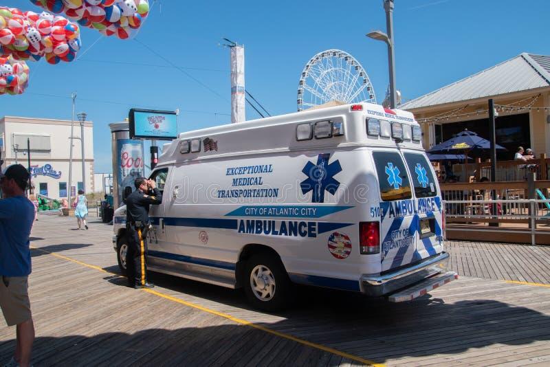 Ziekenwagen op de promenade in Atlantic City, New Jersey die aan een incident aan het begin van het strandbal van het de zomerfes royalty-vrije stock foto's