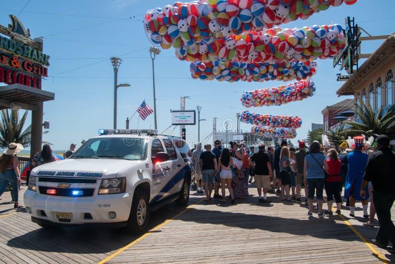Ziekenwagen op de promenade in Atlantic City, New Jersey die aan een incident aan het begin van het strandbal van het de zomerfes stock afbeeldingen