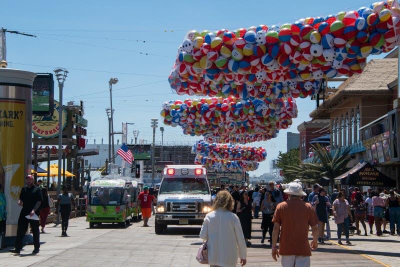 Ziekenwagen op de promenade in Atlantic City, New Jersey die aan een incident aan het begin van het strandbal van het de zomerfes royalty-vrije stock afbeelding