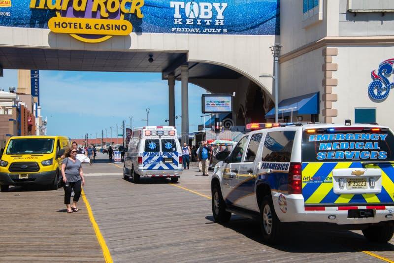 Ziekenwagen op de promenade in Atlantic City, New Jersey die van een incident aan het begin van het strandbal van het de zomerfes royalty-vrije stock afbeelding