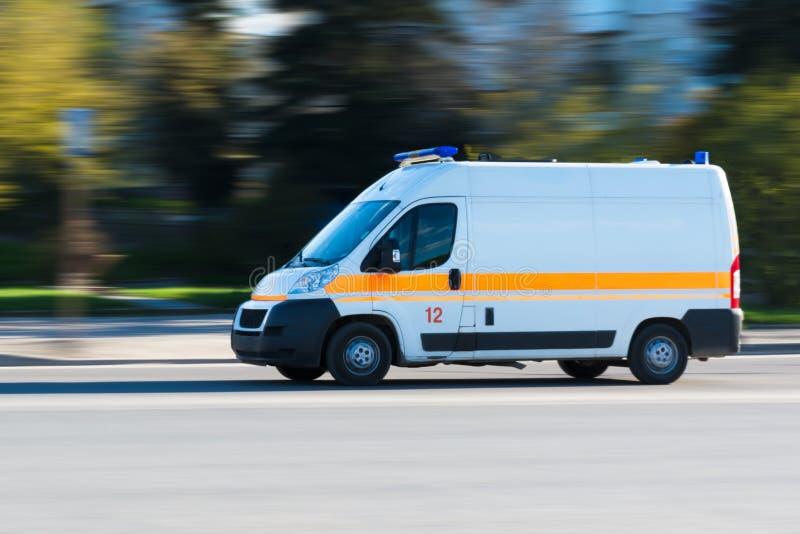 Ziekenwagen op noodoproep in motieonduidelijk beeld stock afbeelding
