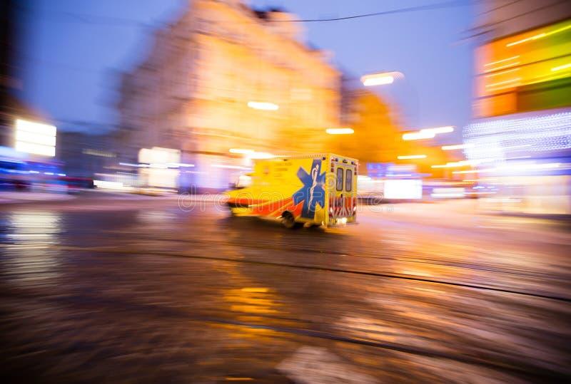 Ziekenwagen op Noodsituatie bij stad, onduidelijk beeldmotie stock fotografie