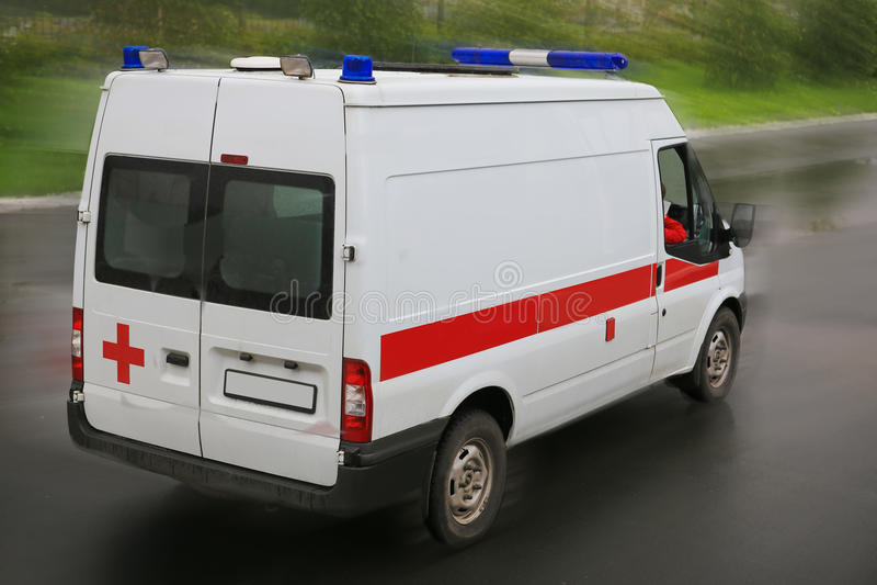 Ziekenwagen op parkeren dichtbij het ziekenhuis royalty-vrije stock afbeelding