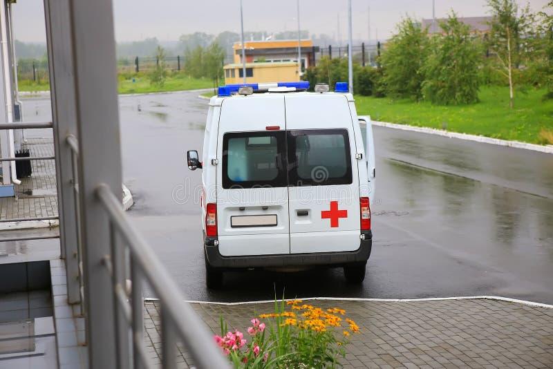 Ziekenwagen op parkeren dichtbij het ziekenhuis stock fotografie