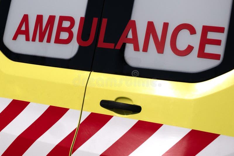 ziekenwagen Rode inschrijving op een gele auto noodsituatie Concept voor ontwerp op het thema van gezondheid en het helpen van zi royalty-vrije stock fotografie