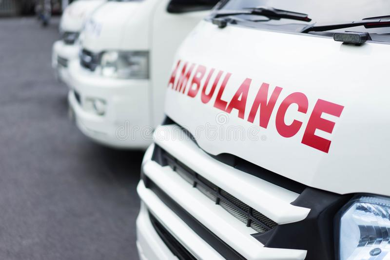 Ziekenwagen samen wordt geparkeerd om hulp aan patiënten te verlenen die royalty-vrije stock foto