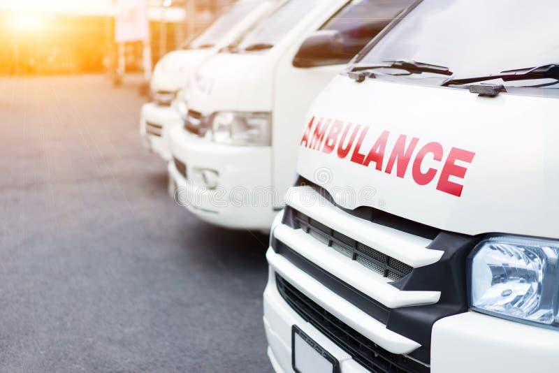 Ziekenwagen samen wordt geparkeerd om hulp aan patiënten te verlenen die royalty-vrije stock afbeelding