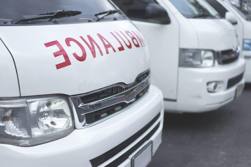 Ziekenwagen samen wordt geparkeerd om hulp aan patiënten te verlenen die stock fotografie