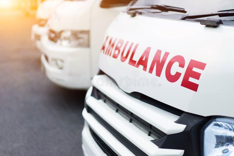 Ziekenwagen samen wordt geparkeerd om hulp aan patiënten te verlenen die stock afbeelding