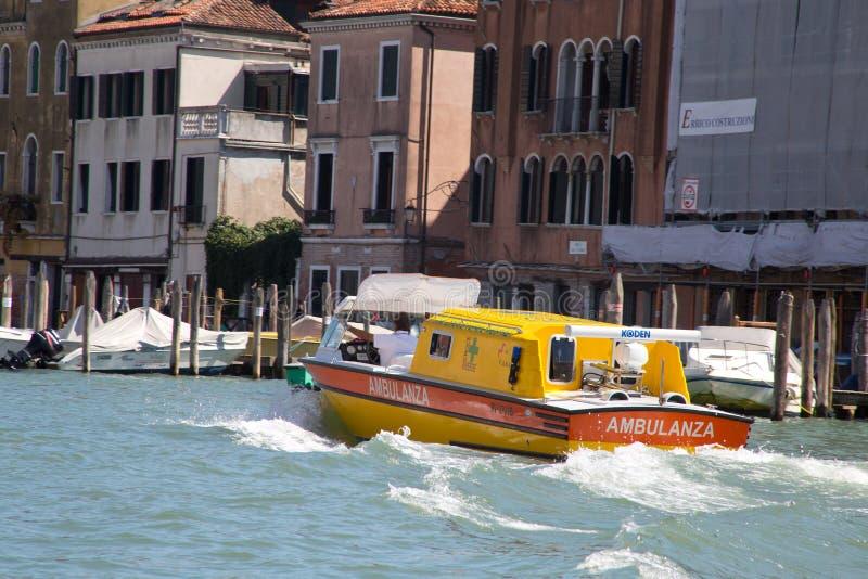 Ziekenwagen in Venetië stock afbeelding
