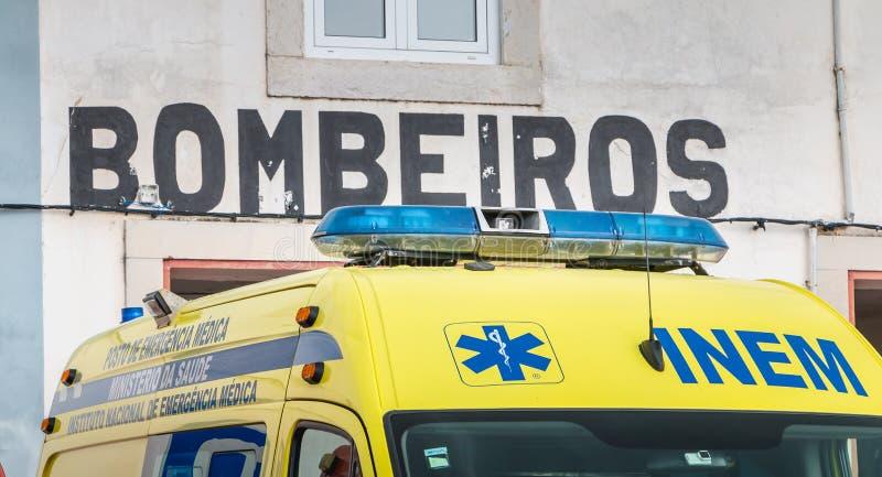 Ziekenwagen voor een vrijwilligersbrandweerkazerne in faro wordt geparkeerd die stock foto