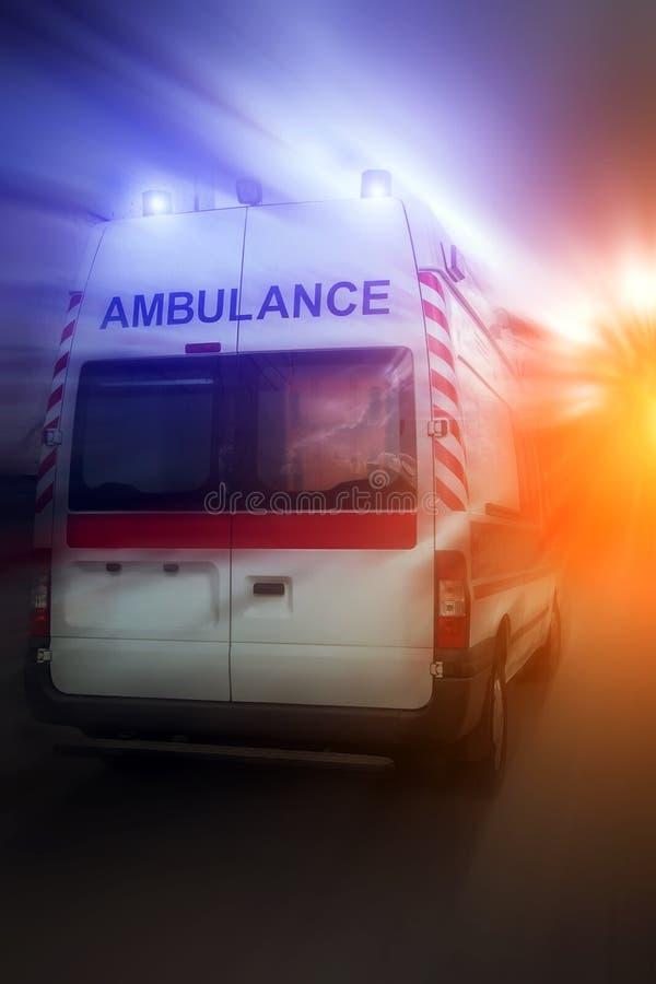 Ziekenwagenauto bij zonsondergang Noodsituatie van de ziekenwagen de autoparamedicus royalty-vrije stock fotografie
