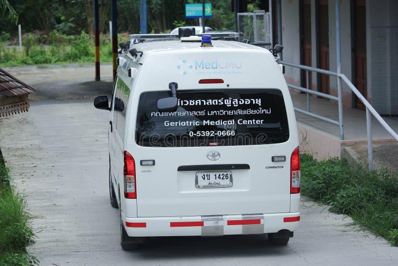 Ziekenwagenbestelwagen van Geriatrisch Medisch Centrum stock afbeelding