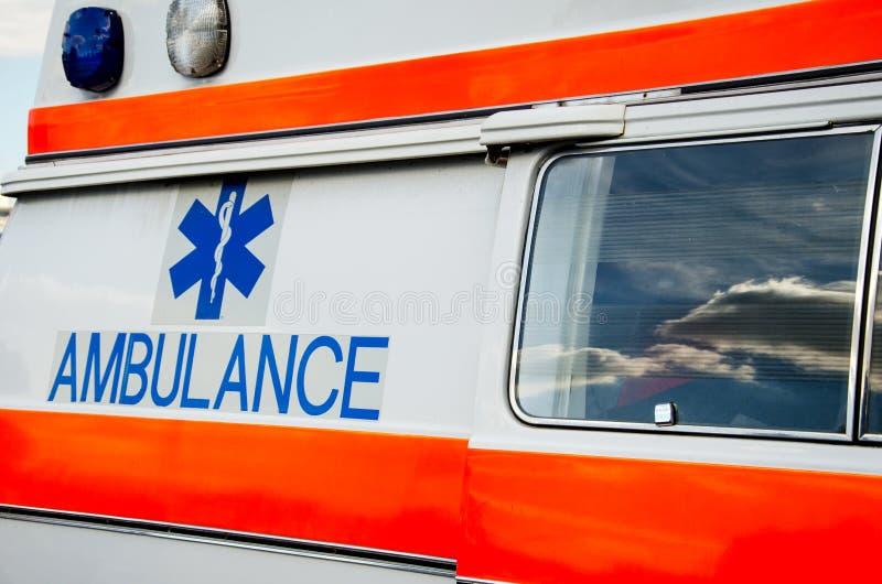 Ziekenwagenembleem op Auto stock afbeeldingen