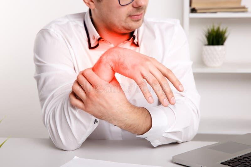 Ziektehanden van jonge zakenman Het vermoeide werken aan laptop stock foto's