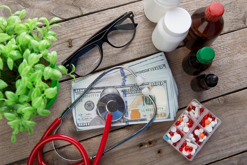 ziektekostenverzekeringconcept - stethoscoop over het geld royalty-vrije stock fotografie