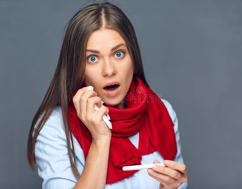Ziektevrouw die medische thermometer houden stock foto's