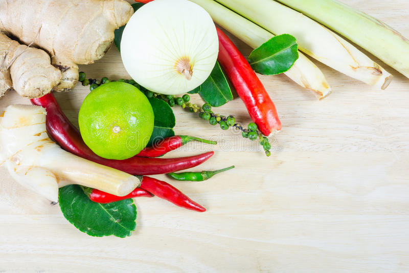 Zielarscy i korzenni składniki dla robić Tajlandzkiemu jedzeniu na drewnianym backgrou zdjęcie stock
