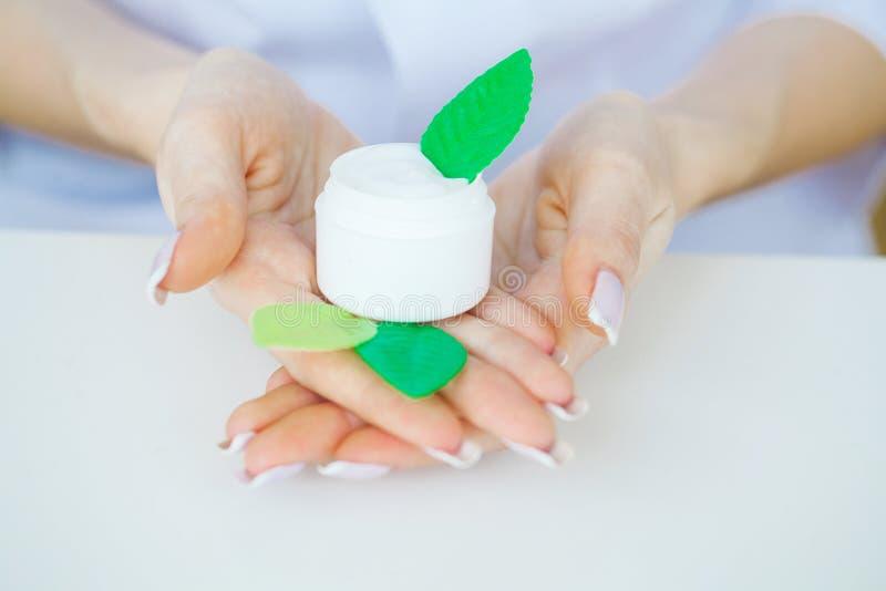 zielarska medycyna Naukowiec, dermatolog Robi Organicznie Naturalnemu Zielarskiemu Kosmetycznemu produktowi w laboratorium piękno obrazy stock