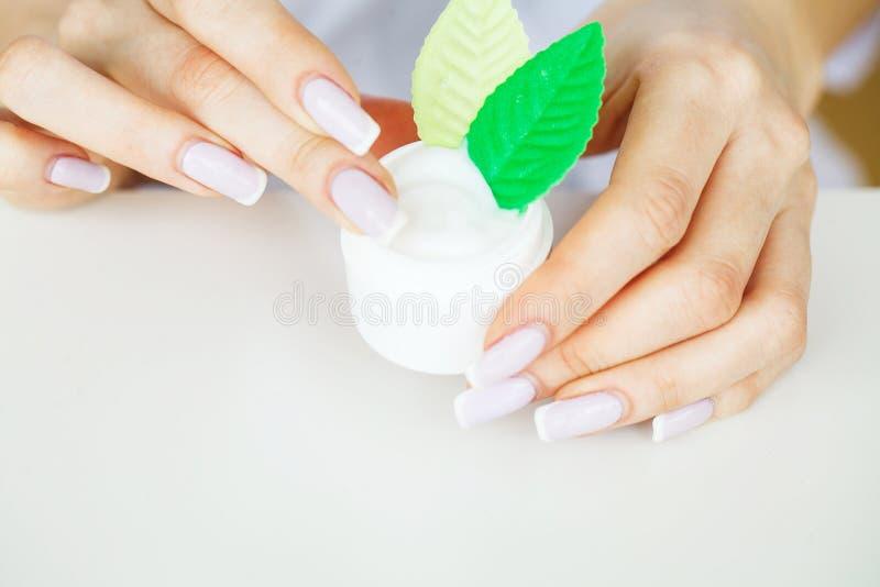 zielarska medycyna Naukowiec, dermatolog Robi Organicznie Naturalnemu Zielarskiemu Kosmetycznemu produktowi w laboratorium piękno fotografia royalty free