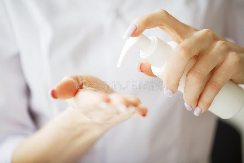 zielarska medycyna Naukowiec, dermatolog Robi Organicznie Naturalnemu Zielarskiemu Kosmetycznemu produktowi w laboratorium piękno zdjęcia royalty free