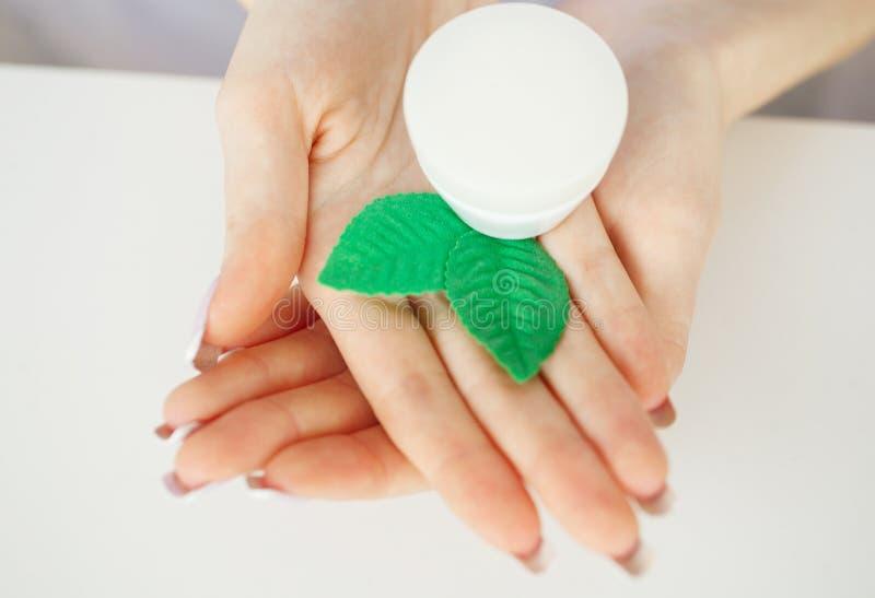 zielarska medycyna Naukowiec, dermatolog Robi Organicznie Naturalnemu Zielarskiemu Kosmetycznemu produktowi w laboratorium piękno obrazy royalty free