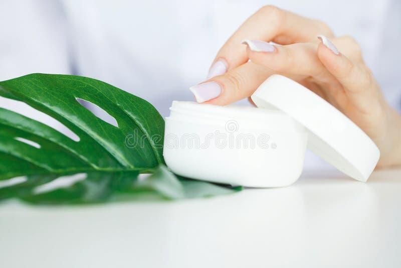 zielarska medycyna Naukowiec, dermatolog Robi Organicznie Naturalnemu Zielarskiemu Kosmetycznemu produktowi w laboratorium piękno zdjęcie royalty free